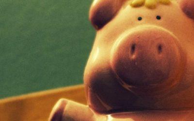 Foto de um cofrinho de porco sentado.