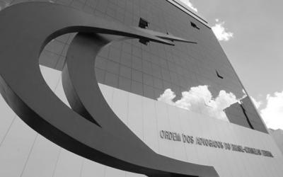 Foto em preto e branco da fachada do prédio da OAB no Distrito Federal