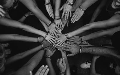 Foto de várias mãos unidas, umas sobre as outras
