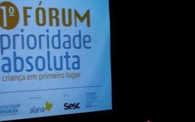 Foto de um telão que mostra uma imagem do primeiro fórum prioridade absoluta.