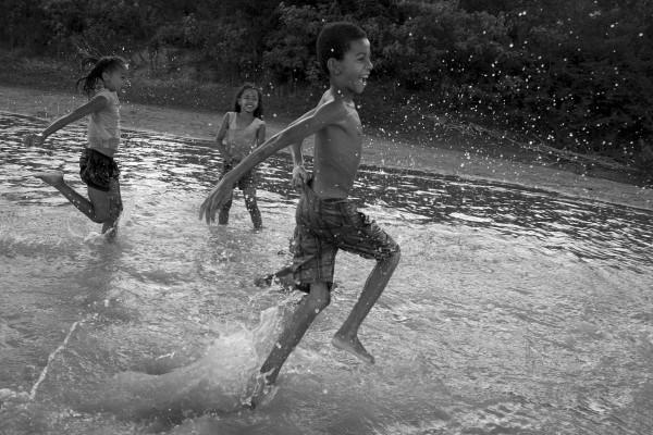 criancas-do-quilombo-da-lapinha-brincando-no-rio-sao-francisco-600x400
