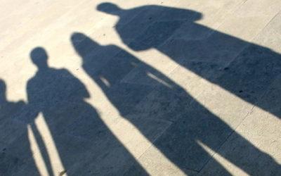 Imagem do reflexo das sombras de 6 pessoas