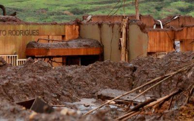 Foto de uma escola toda destruída.