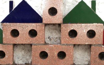 Foto de tijolos empilhadas com um telhado cada tijolo forma uma casa.