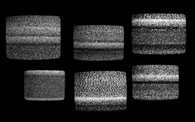 Foto em preto e branco de várias telas de televisão dessintonadas
