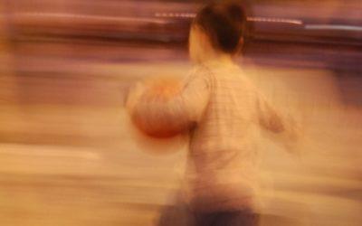 Foto de um garoto correndo, a imagem está borrada.