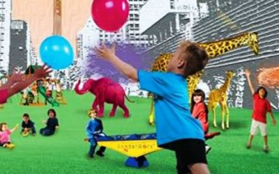 Foto de crianças se divertindo e brincando, com um fundo com desenho de prédios.