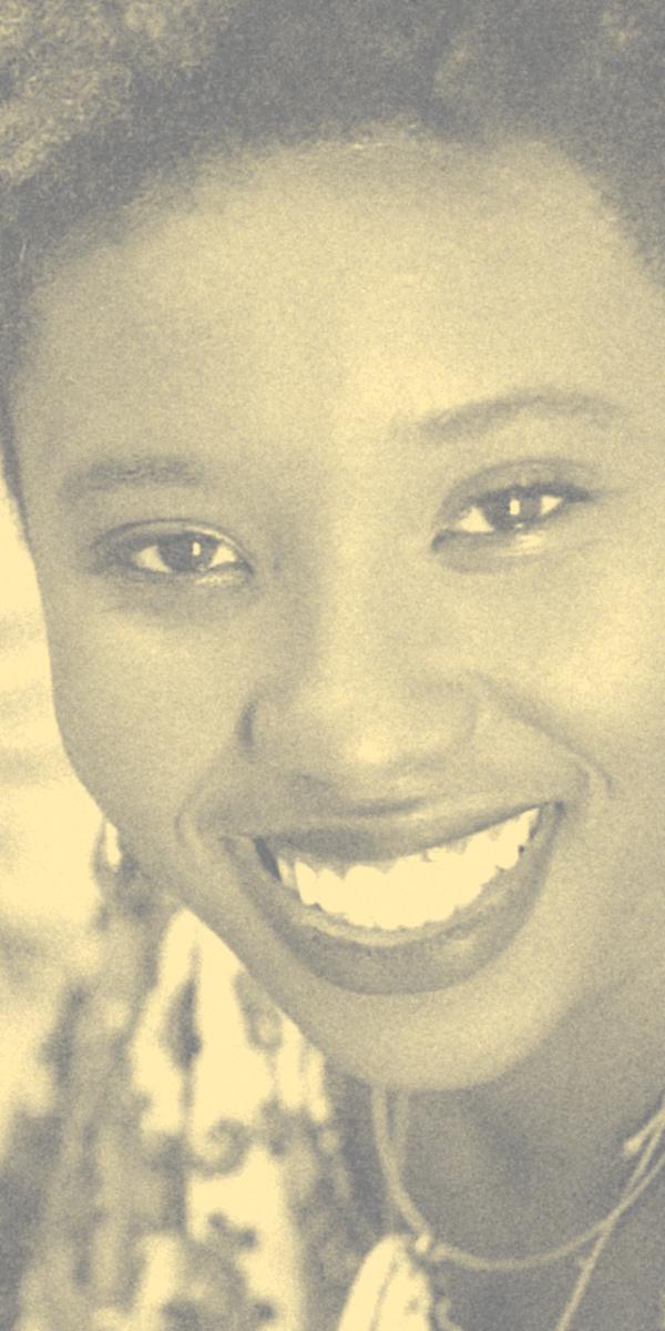 Foto atual de Caroline Adesewa sorrindo