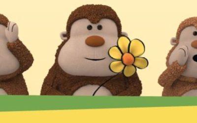 Foto proteção da criança, com três macacos de pelúcia, um está segurando uma flor, outro está com a boca aberta e as mãos ao canto da boca, e o ultimo está com as mãos em volta dos olhos.