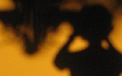 Imagem de uma Silhueta da sombra de uma criança de costas