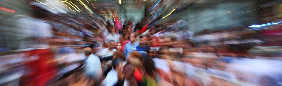 imagem distorcida de uma multidão de pessoas.