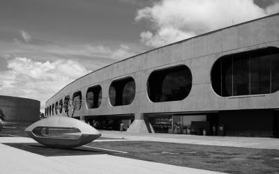 Foto em preto e branco do Centro cultural Banco do Brasil de Brasília