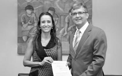 foto em preto e branco do Juiz Dr. Renato Scussel e  Isabella Henriques e a diretora de Advocacy do Alana, depois de assinar o termo de parceria.