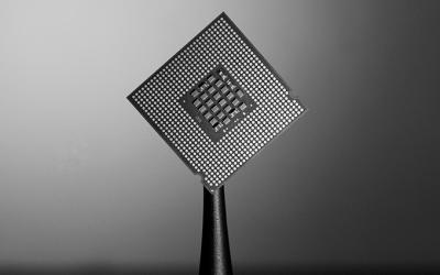 Foto em preto e branco de microchip