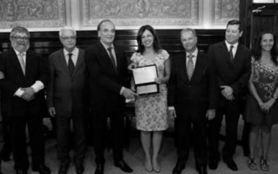 Foto em preto e branco, anunciando os vencedores do edital de boas praticas no sistema de garantia de direitos da criança e adolescente.
