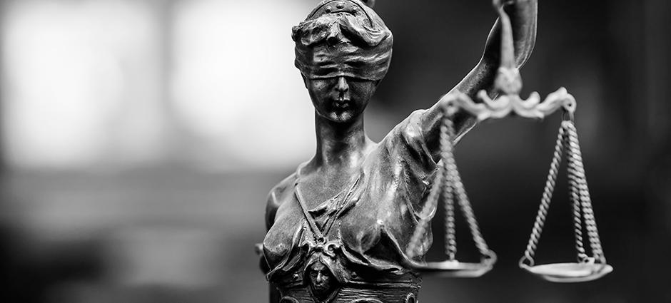 Foto preto e branco de uma estátua da senhora justiça.