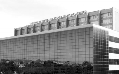 Foto preto e branca de um prédio.