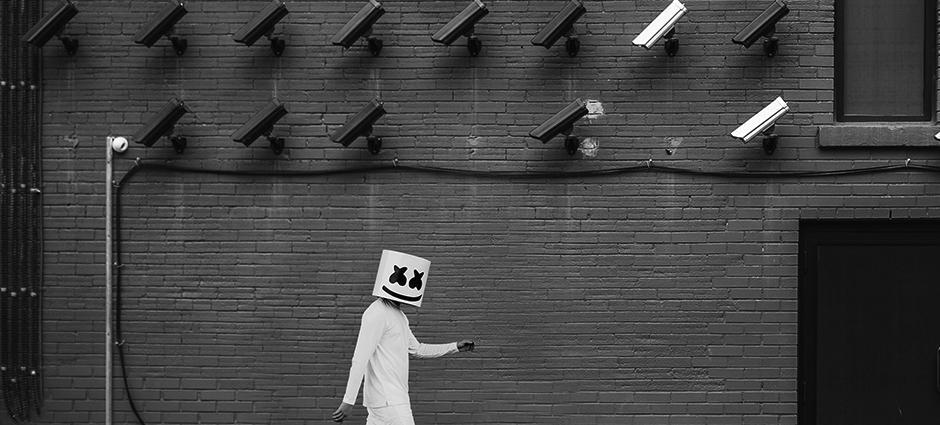 Foto preto e branca do artista de musica Christopher Comstock.