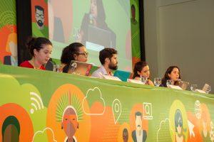 Mesa durante o debate