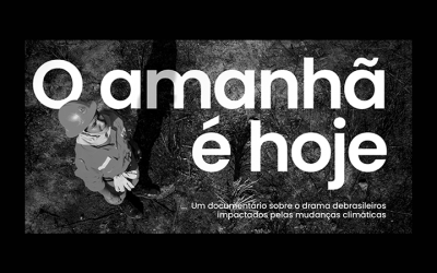 Foto em preto e branco de pessoa vestida com roupa de bombeiro. Texto na imagem: O amanhã é hoje | um documentário sobre o drama de brasileiros impactados pelas mudanças climáticas