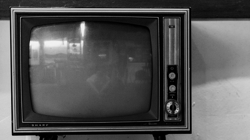 Foto em preto e branco de TV antiga