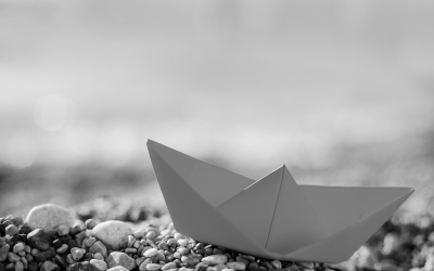 Foto em preto e branco de barquinho de papel