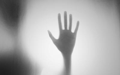 Foto em preto e branco de mão fazendo o sinal de pare