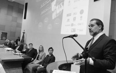 Foto em preto e branco Auditório do Ministério da Justiça, em  Brasília discutindo os diretos da primeira infância.