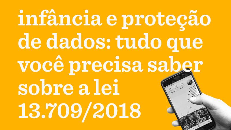 Em fundo amarelo, o texto: infância e proteção de dados: tudo que você precisa saber sobre a lei 13.709/2018. No canto inferior direito, foto em preto e branco de mão de criança segurando celular