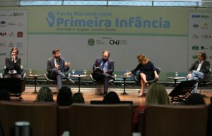 Foto de Pedro Hartung, coordenador do Prioridade Absoluta, palestrando no evento