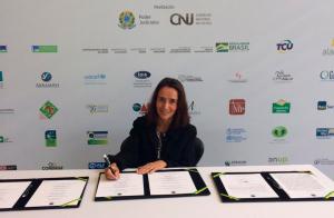 Isabella Henriques, diretora executiva do Instituto Alana, assinando Pacto Nacional Pela Primeira Infância