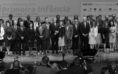 Foto em preto e branco do evento de lançamento do Pacto Nacional pela Primeira Infância, com várias pessoas sobre palco