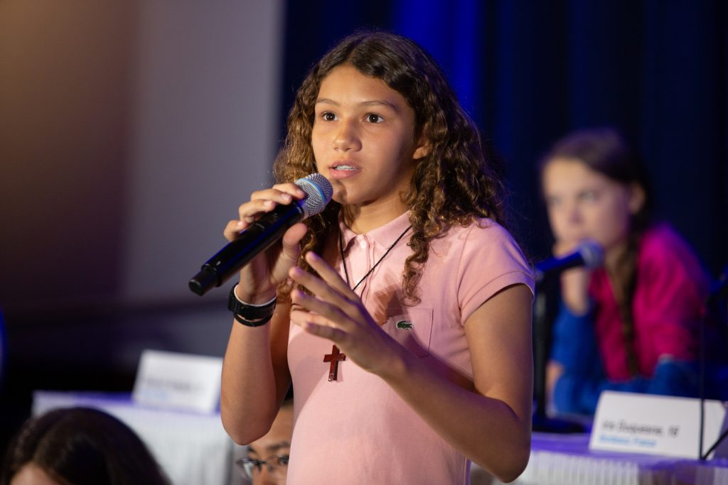 Foto de Catarina Lorenzo durante coletiva de imprensa com os dezesseis jovens que entregaram denúncia na ONU