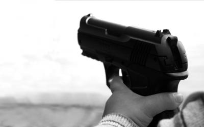 foto em preto e branco de criança segurando arma