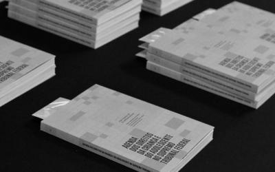 Foto em preto e branco mostra capa da pesquisa