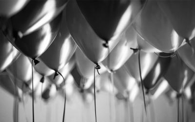 foto em preto e branco de vários balões de aniversário
