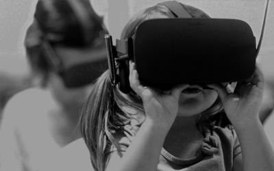 Foto em preto e branco de criança com óculos de realidade virtual