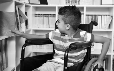 foto em preto e branco de criança com deficiência na escola - educação inclusiva