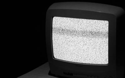 Foto em preto e branco de televisão fora do ar
