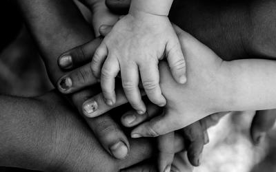 foto em preto e branco de mãos, de adultos e crianças, empilhadas - conanda