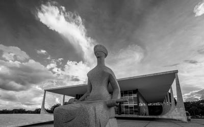Foto em preto e branco da fachada do STF