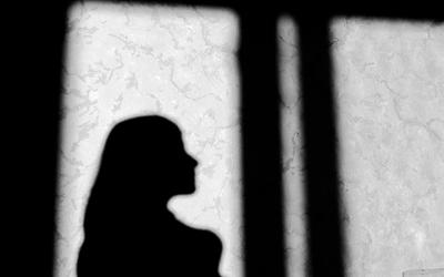 foto em preto e branco de mães no sistema carcerário