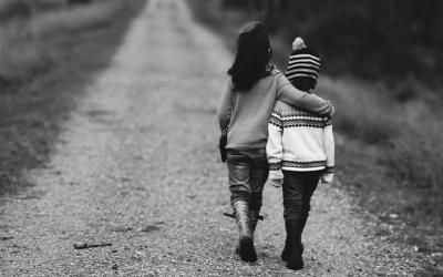 Foto em preto e branco mostra duas crianças abraçadas andando sobre estrada de terra e representam as pessoas em vulnerabilidade afetadas pelo teto de gastos