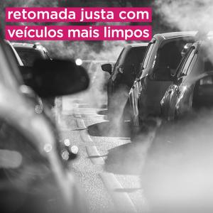 Foto em preto e branco de carros no transito com muita fumaça poluente. Texto na imagem: retomada justa com veículos mais limpos