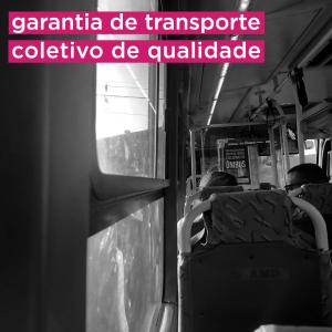 Foto em preto e branco mostra o interior de um ônibus. Texto na imagem: garantia de transporte coletivo de qualidade