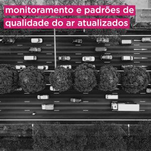 Foto em preto e branco aérea mostra transito de carros e caminhões. Texto na imagem: monitoramento e padrões de qualidade do ar atualizados