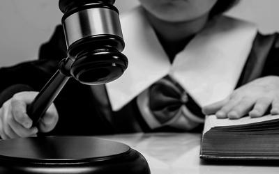 Foto em preto e branco de criança vestida de juíza