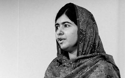 Foto em preto e branco da ativista Malala Yousafzai