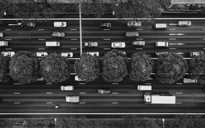 Foto em preto e branco, de vista aérea, mostra transito de carros, representando a questão da qualidade do ar