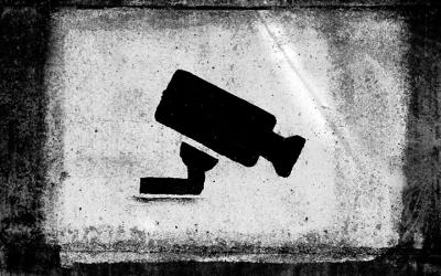 Foto em preto e branco mostra desenho de câmera na parede